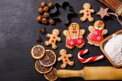 Kerstmisvoedsel Peperkoekkoekjes met ingrediënten voor christm stock fotografie