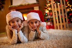 Kerstmisvooravond - kinderen die op Santa Claus wachten Stock Foto's