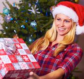 Kerstmisvrouw die Gift geeft Stock Afbeelding