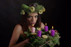Kerstmisvrouw met Advent Wreath Stock Foto