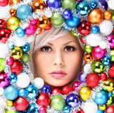 Kerstmisvrouw met Gekleurde Ballen. Gezicht van Mooi Meisje Stock Afbeelding