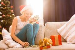 Kerstmisvrouw met Nieuwjaargift of heden Royalty-vrije Stock Foto's
