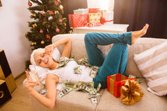 Kerstmisvrouw met Nieuwjaargift of heden Stock Afbeeldingen
