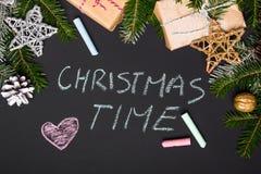 Kerstmiswensen in krijt op een bord worden geschreven dat Royalty-vrije Stock Fotografie