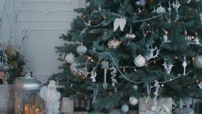 Kerstmiswoonkamer met sterren en sneeuw Kerstboom met Kerstmisdecoratie stock footage