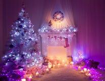Kerstmiszaal de Lichten van de Open haardboom, Decor van het Kerstmis het Binnenlandse Huis Royalty-vrije Stock Foto