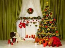 Kerstmiszaal Kerstmisboom, Verfraaid Huisbinnenland, Open haardsok royalty-vrije stock afbeeldingen