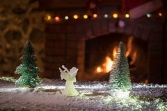 Kerstmiszaal stelt het Binnenlandse die Ontwerp, Kerstmisboom door Lichten wordt verfraaid Giftenspeelgoed, Kaarsen en Garland Li royalty-vrije stock foto