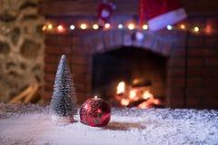 Kerstmiszaal stelt het Binnenlandse die Ontwerp, Kerstmisboom door Lichten wordt verfraaid Giftenspeelgoed, Kaarsen en Garland Li royalty-vrije stock foto's