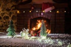 Kerstmiszaal stelt het Binnenlandse die Ontwerp, Kerstmisboom door Lichten wordt verfraaid Giftenspeelgoed, Kaarsen en Garland Li royalty-vrije stock afbeeldingen