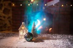 Kerstmiszaal stelt het Binnenlandse die Ontwerp, Kerstmisboom door Lichten wordt verfraaid Giftenspeelgoed, Kaarsen en Garland Li stock afbeelding