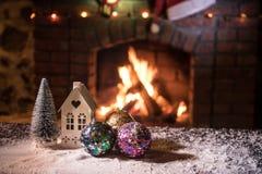 Kerstmiszaal stelt het Binnenlandse die Ontwerp, Kerstmisboom door Lichten wordt verfraaid Giftenspeelgoed, Kaarsen en Garland Li stock fotografie