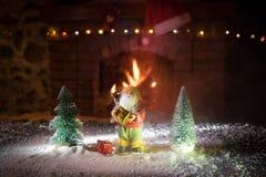 Kerstmiszaal stelt het Binnenlandse die Ontwerp, Kerstmisboom door Lichten wordt verfraaid Giftenspeelgoed, Kaarsen en Garland Li royalty-vrije stock fotografie