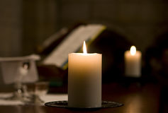 Kerze auf Altar lizenzfreies stockfoto