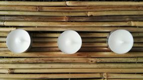 Kerze auf Bambus Lizenzfreie Stockfotos