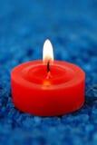 Kerze auf dem Badekurortsalz Lizenzfreies Stockfoto