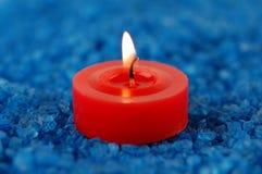 Kerze auf dem Badekurortsalz lizenzfreie stockfotografie