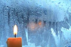 Kerze auf dem Fenster lizenzfreies stockbild
