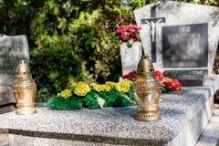 Kerze auf dem Grab Stockfoto