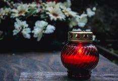 Kerze auf einem Grab stockbild
