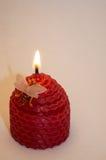 Kerze auf einem weißen Hintergrund Lizenzfreie Stockfotos