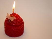 Kerze auf einem weißen Hintergrund Stockfotos