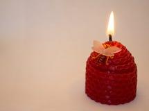 Kerze auf einem weißen Hintergrund Lizenzfreie Stockbilder