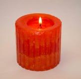 Kerze auf einem weißen Hintergrund Stockfotografie