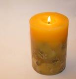 Kerze auf einem weißen Hintergrund Lizenzfreie Stockfotografie