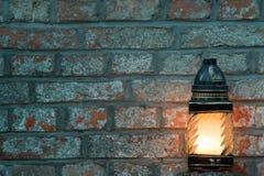 Kerze auf einem Ziegelsteinhintergrund mit Exemplarplatz Lizenzfreies Stockfoto