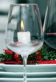 Kerze auf einer Tabelle im Weihnachten Stockbild