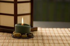 Kerze auf Felsen Lizenzfreie Stockbilder