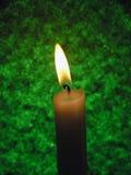 Kerze auf grünem Hintergrund lizenzfreies stockfoto