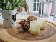 Kerze auf hölzernem Behälter Stockfotografie