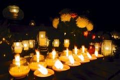 Kerze auf Kirchhof an der Allerheiligen Stockfotos