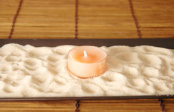 Kerze auf Sand Lizenzfreie Stockbilder