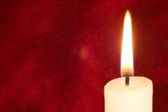 Kerze auf Scharlachrot Lizenzfreies Stockfoto