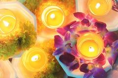 Kerze beleuchtete thailändischen Kulturblumenweg an Tag Asalha Puja, Tag Magha Puja stockfotos