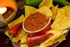 Kerze, Chips, Salsa, Pfeffer Lizenzfreie Stockfotos
