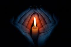 Kerze in den Händen Lizenzfreies Stockbild