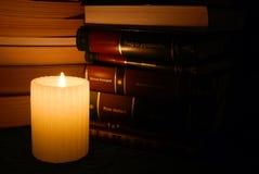 Kerze in der Bibliothek Stockfotografie