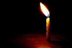 Kerze in der Dunkelheit Lizenzfreie Stockfotos
