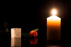 Kerze in der Dunkelheit während Allerheiligen Stockfotografie