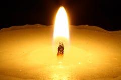 Kerze in der Nacht. stockbild