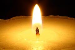 Kerze in der Nacht. Lizenzfreies Stockbild