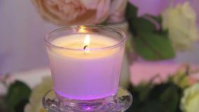 Kerze, die in einer Glasschüssel brennt stock video footage