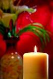 Kerze, die im asiatischen Dekor brennt Stockfotos