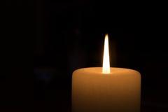 Kerze, die nachts brennt Stockbilder