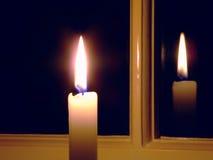 Kerze durch das Fenster lizenzfreie stockbilder