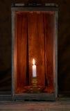 Kerze in einem Kasten Stockbild